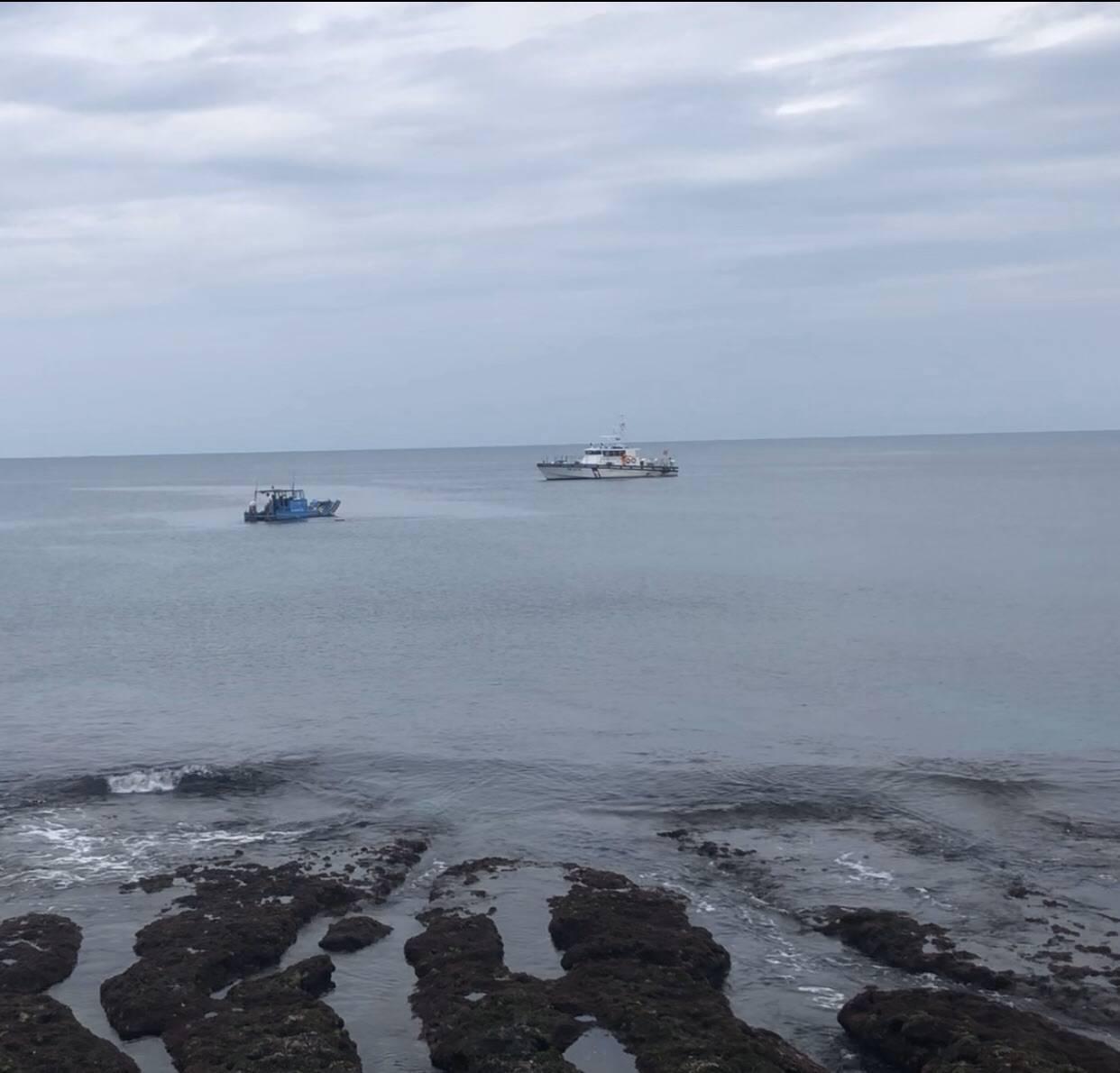 觀光半潛艇娛樂船今晨在墾丁海域觸礁沉沒,所幸船上人員平安。圖/海巡署提供