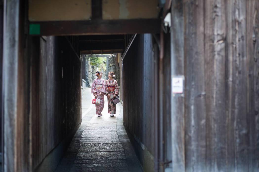 穿和服穿梭京都巷弄有如走進穿越劇的時空隧道。圖/岡本和服提供