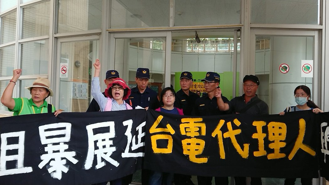 高雄市環保局日前將興達電廠一年一次的燃煤展延許可,改為一次展延4年,引發環團不滿...
