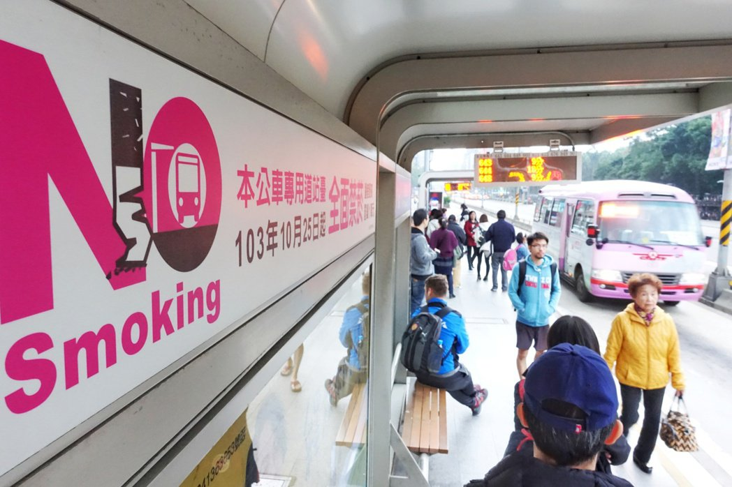 台北市公車候車亭都列為禁菸場所。本報資料照片