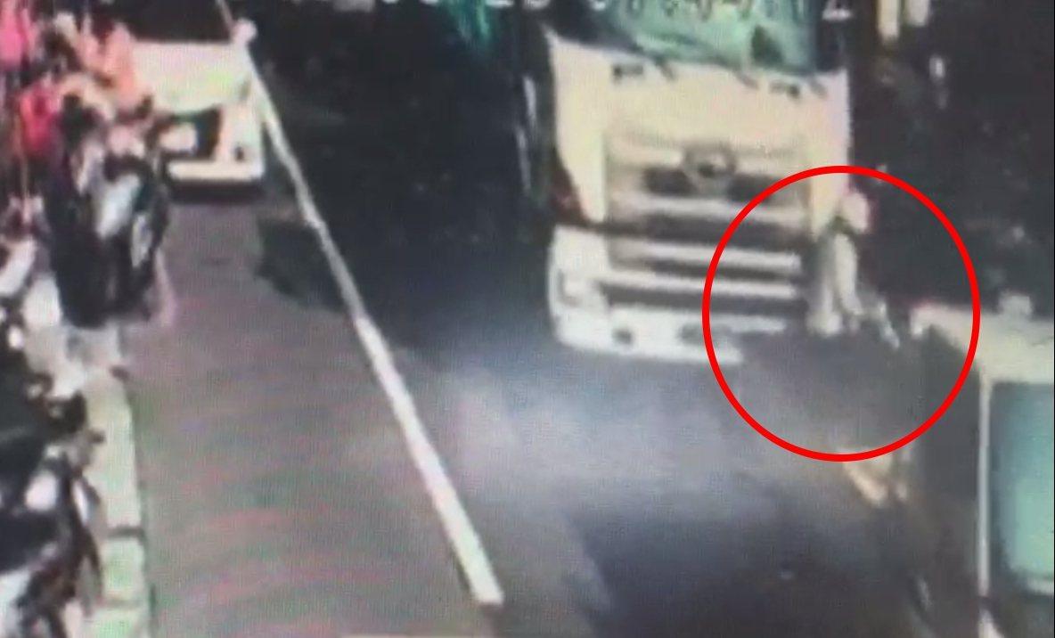 機車停在大卡車車頭,司機視線死角。記者林昭彰/翻攝