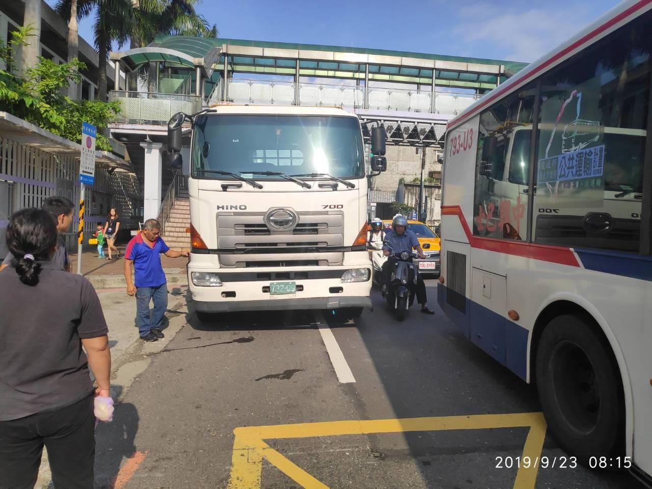 幸好大卡車只是剛起步,機車騎士只有腳部擦傷。記者林昭彰/翻攝