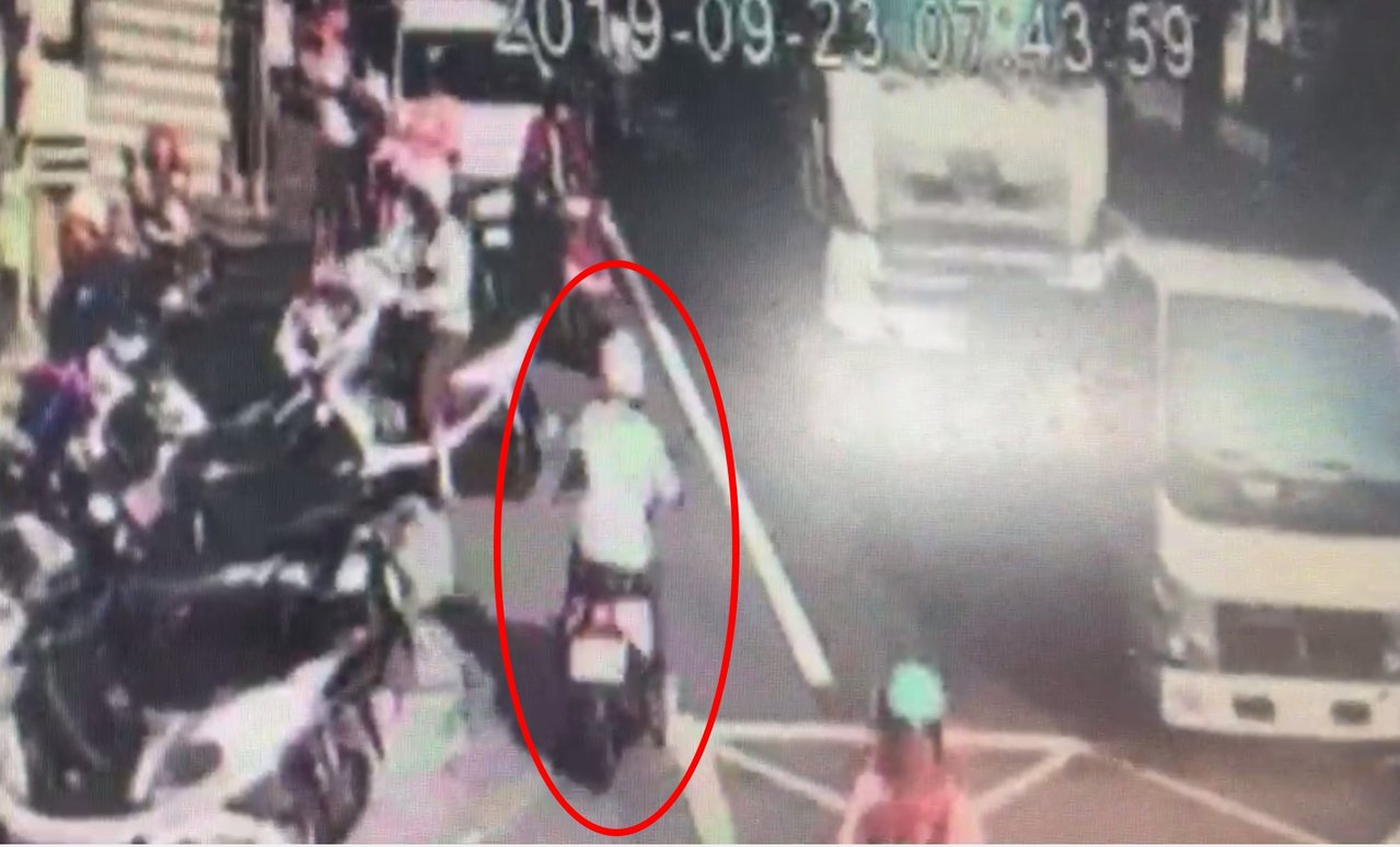 阮姓女子在校門口附近逆向行駛。記者林昭彰/翻攝