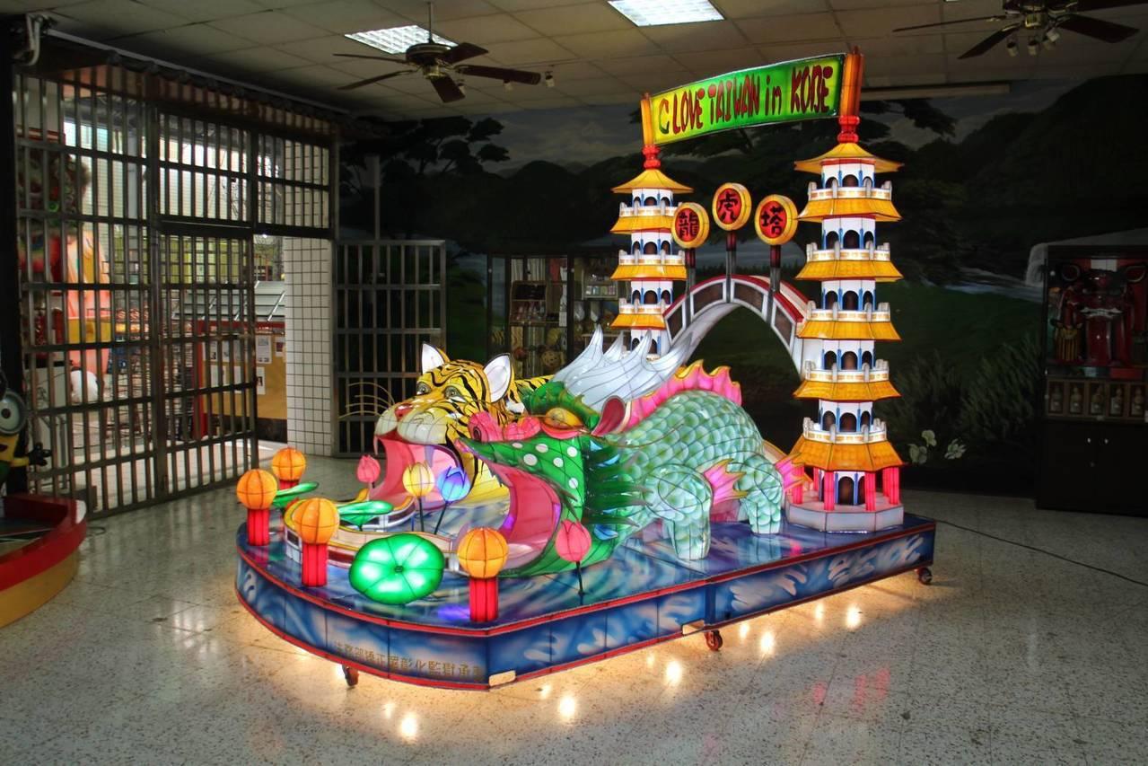 日本神戶訂製的「龍虎塔」花燈,以台灣高雄名勝蓮池潭的龍虎塔為主題,因塔前分別有巨...