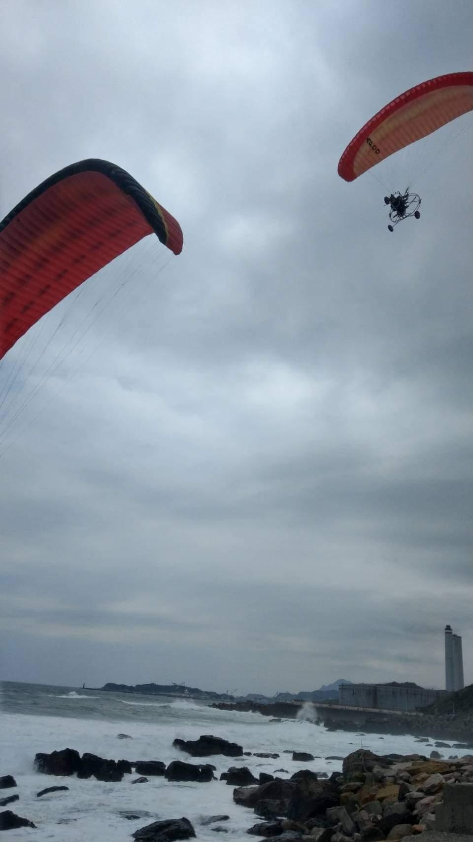 昨天中午,有兩位動力飛行傘玩家,在基隆港區飛行盤繞,並飛到市區,在這之前有人拍到...