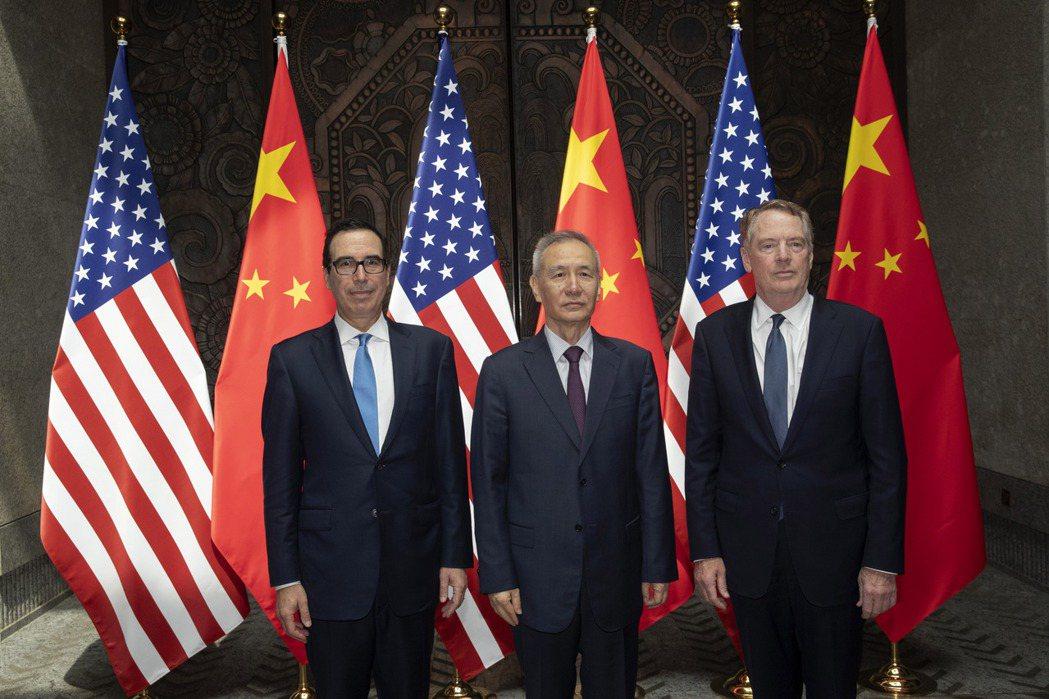 中國國務院副總理劉鶴(中)訂10月10日前後到達華府,與美國貿易代表賴海哲(右)...