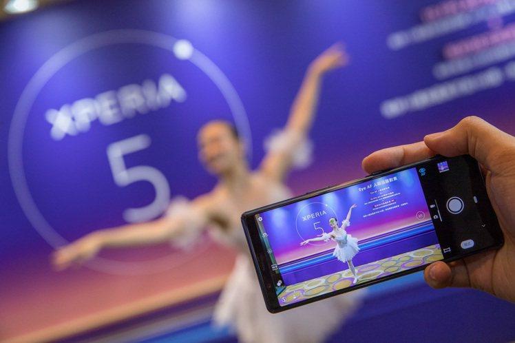Xperia 5的三鏡頭相機具備人眼追蹤對焦功能,更具有每秒高達30次自動對焦與...