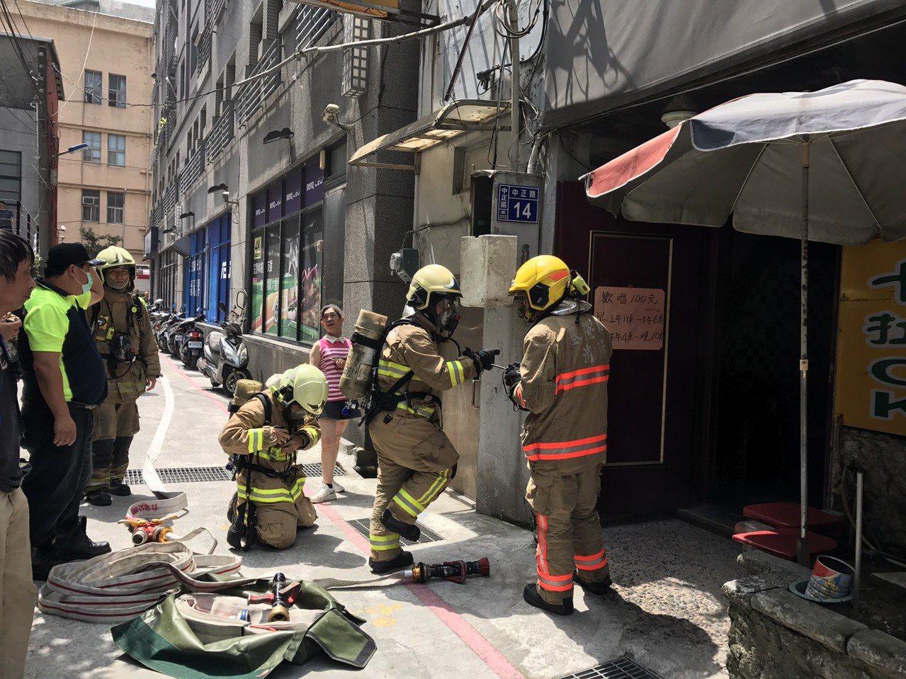 基隆市政府附近的一家卡拉OK店,中午發生火警,消防人員到場,確認火勢已由店內人員...