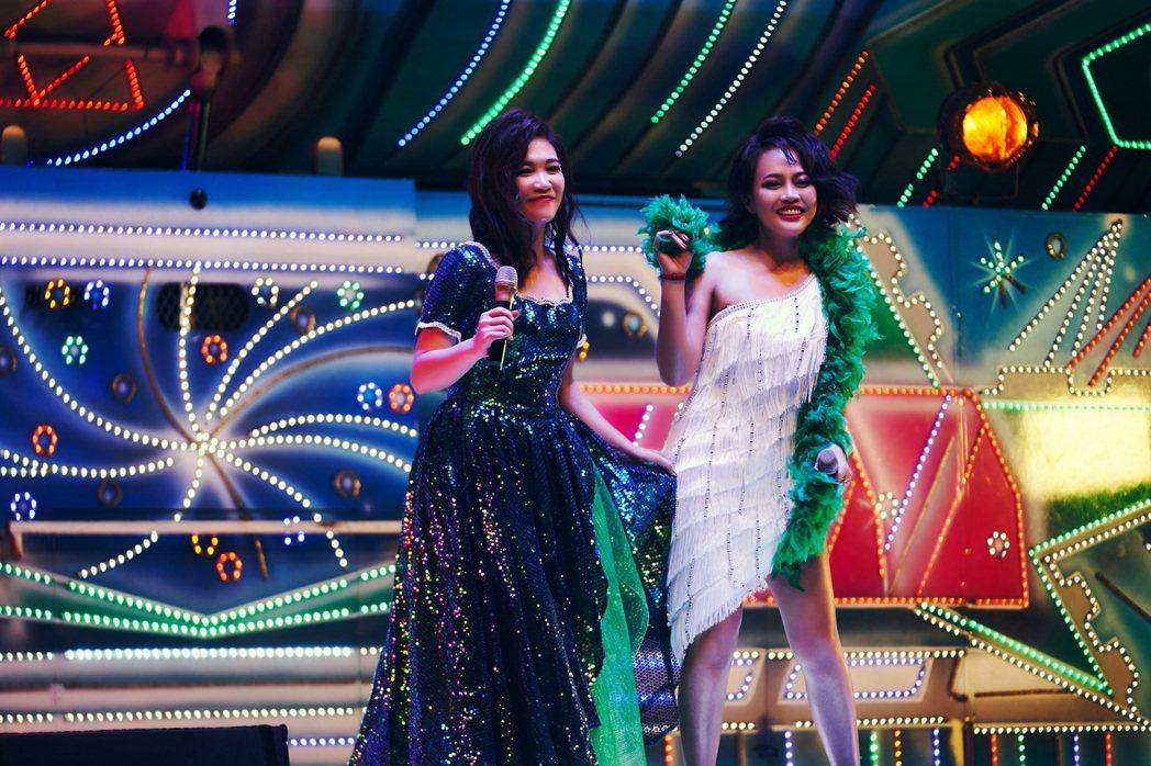 戴愛玲(右)、黃妃在MV中登上電子花車歌舞團表演。圖/索尼提供
