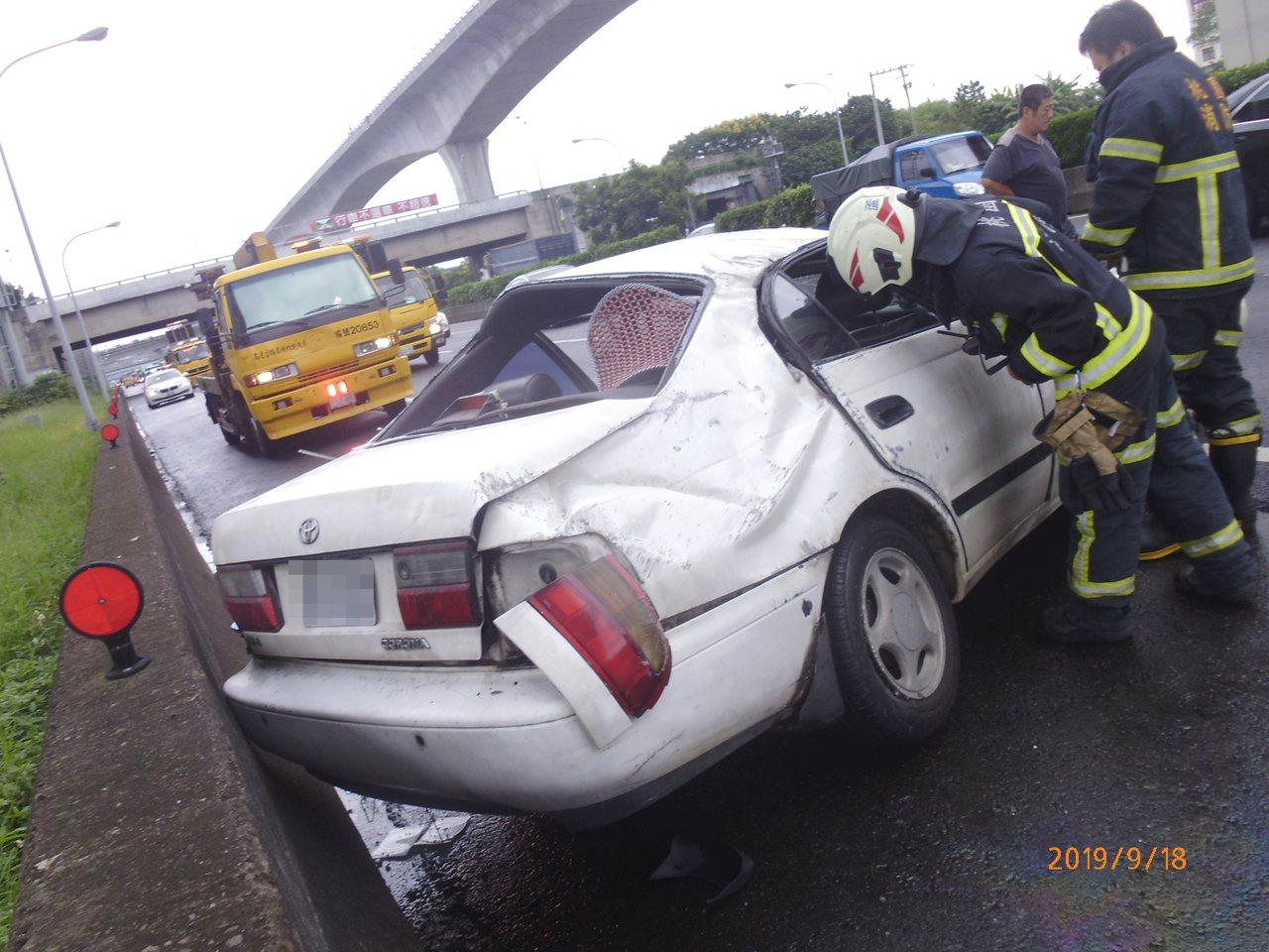白色肇事車最後翻正在路肩,駕駛受傷送醫。記者林昭彰/翻攝