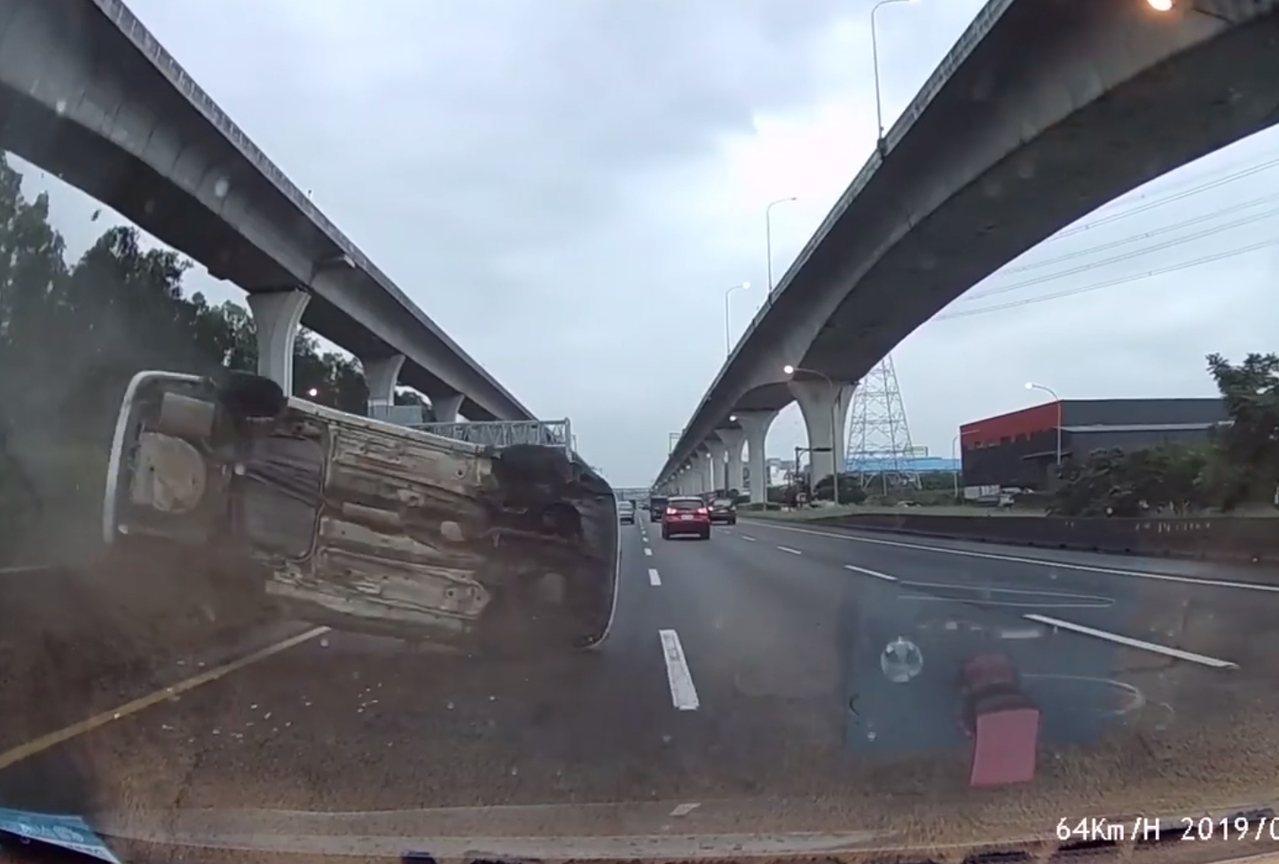 白色肇事車失控擦撞內側護欄開始翻滾。記者林昭彰/翻攝