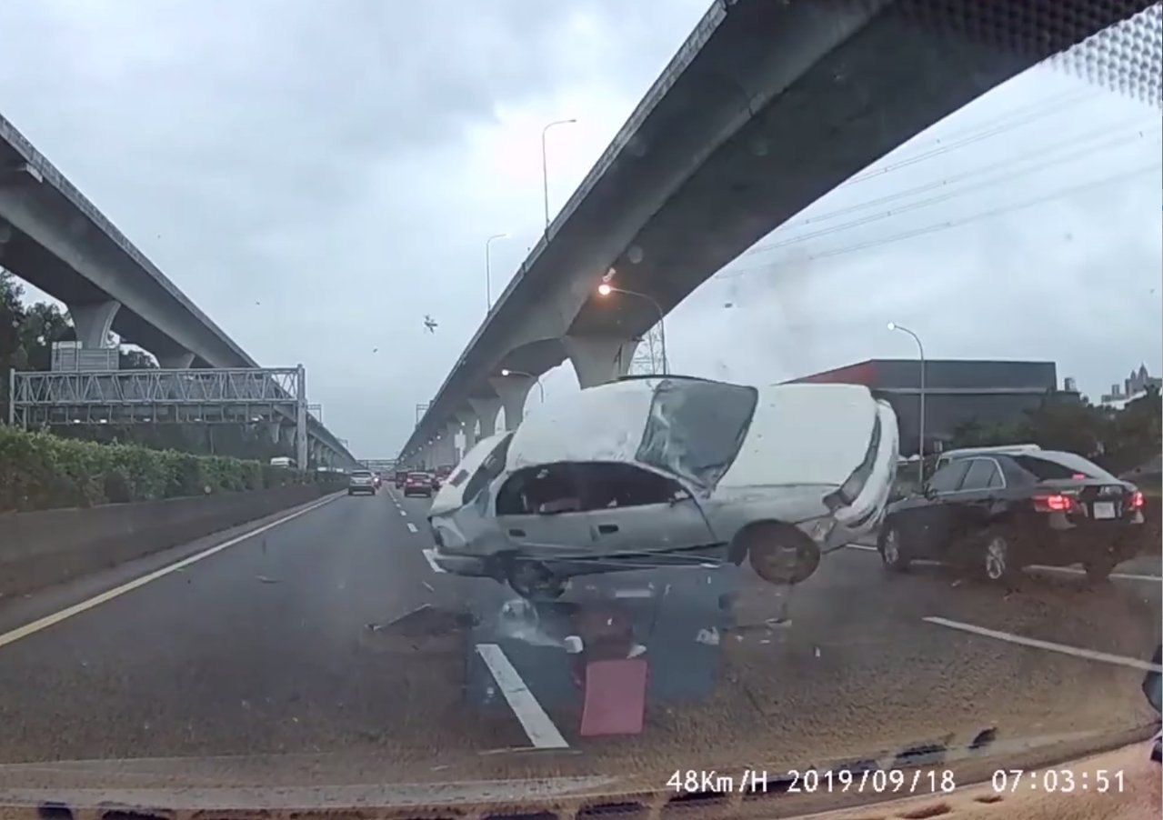 白色肇事車失控連續翻滾。記者林昭彰/翻攝