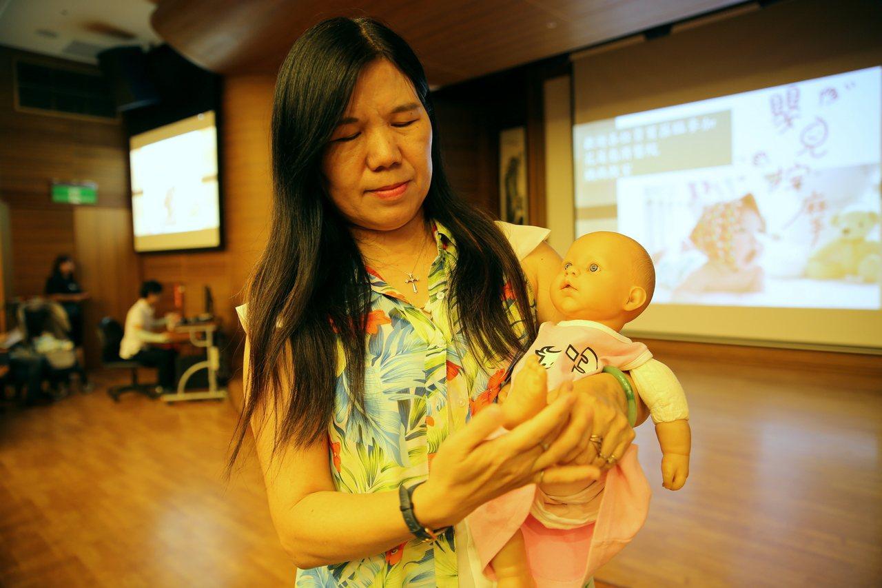 台東大學幼兒教育學系副教授施淑娟示範嬰兒腳部按摩,能助孩子成長,增進親子關係。 ...