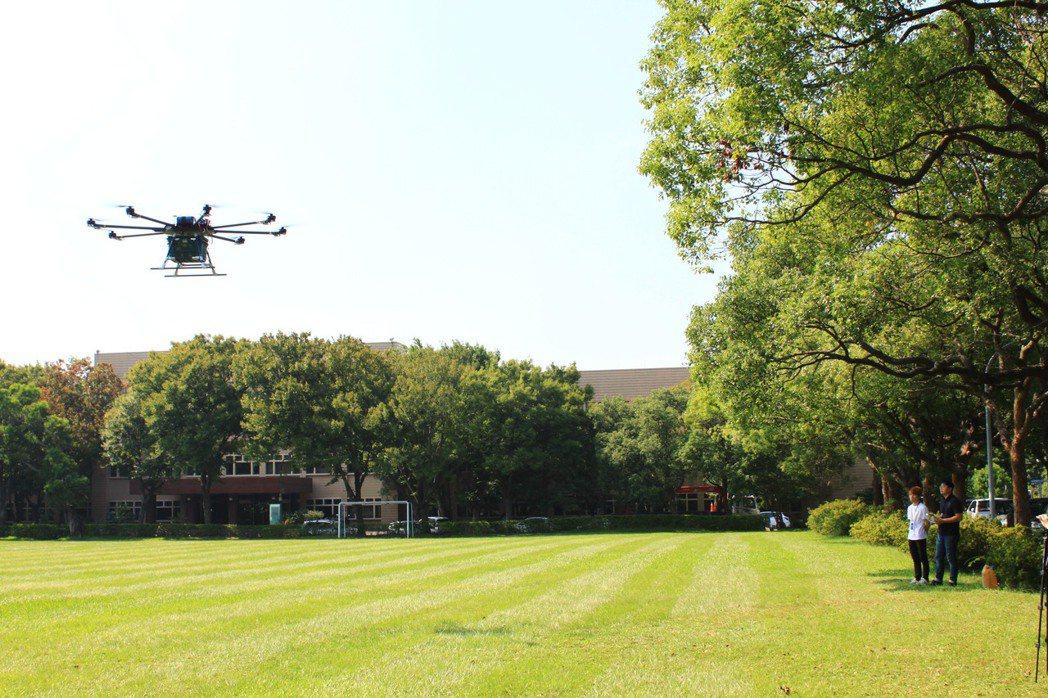 試飛的8軸8槳多旋翼純電無人機負載力達25公斤、續航時間達20分鐘。記者郭政芬/...