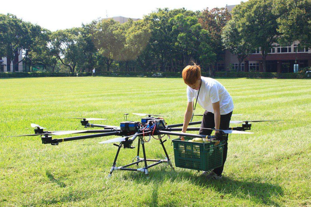 今天下午工研院試飛的8軸8槳多旋翼純電無人機,現場運送一箱約20斤的柚子。記者郭...