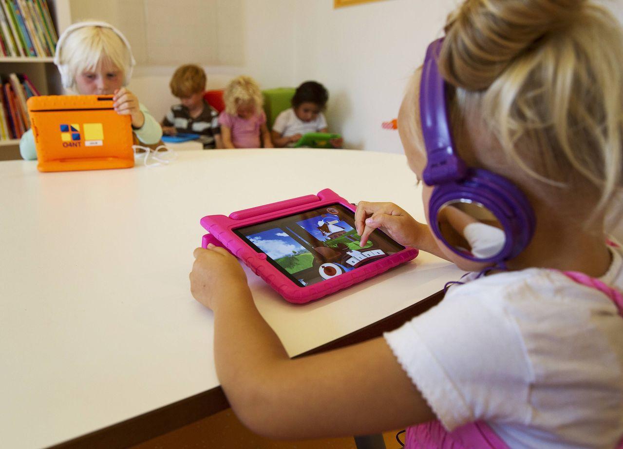 未學齡前幼兒捧著平板看影片或玩遊戲,已成為日常生活的一部分。路透