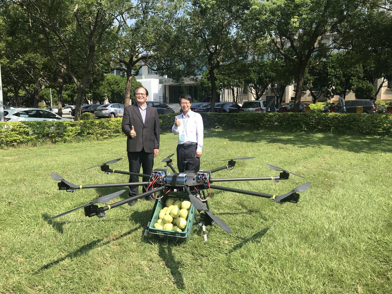 工研院機械與機電系統所所長胡竹生(左),與組長彭文陽,與獲奬金贊助的純電版高負載...