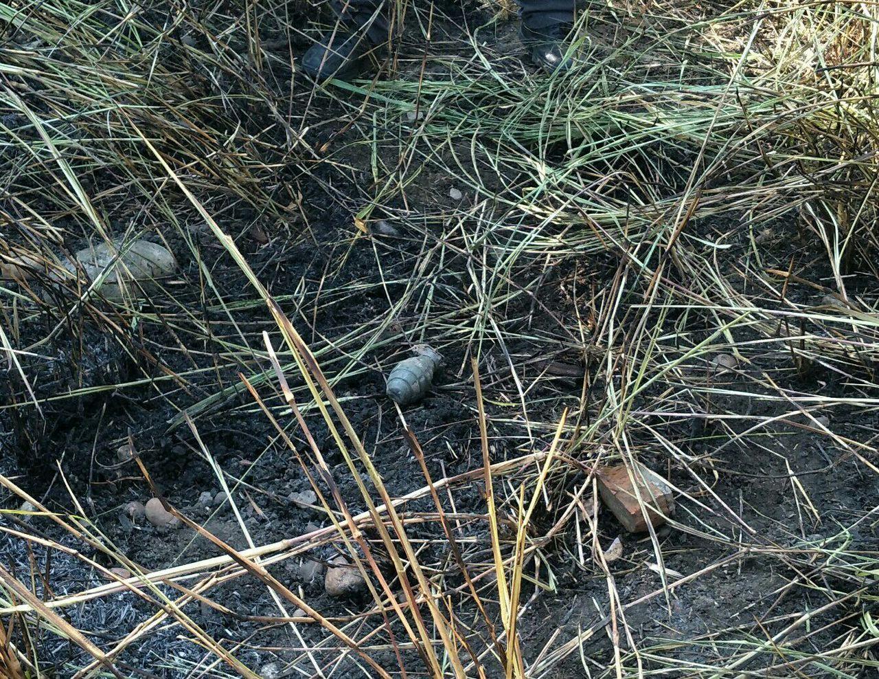 台中市大甲第一公墓附近今天發生雜草火警,撲滅後,發現現場有疑似手榴彈。記者游振昇...
