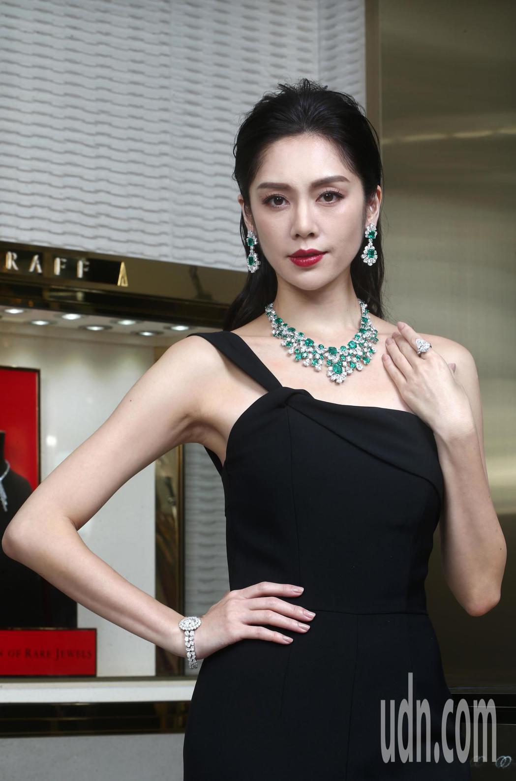 廖奕琁性感演繹格拉夫多形切割祖母綠和鑽石項鏈。記者蘇健忠/攝影