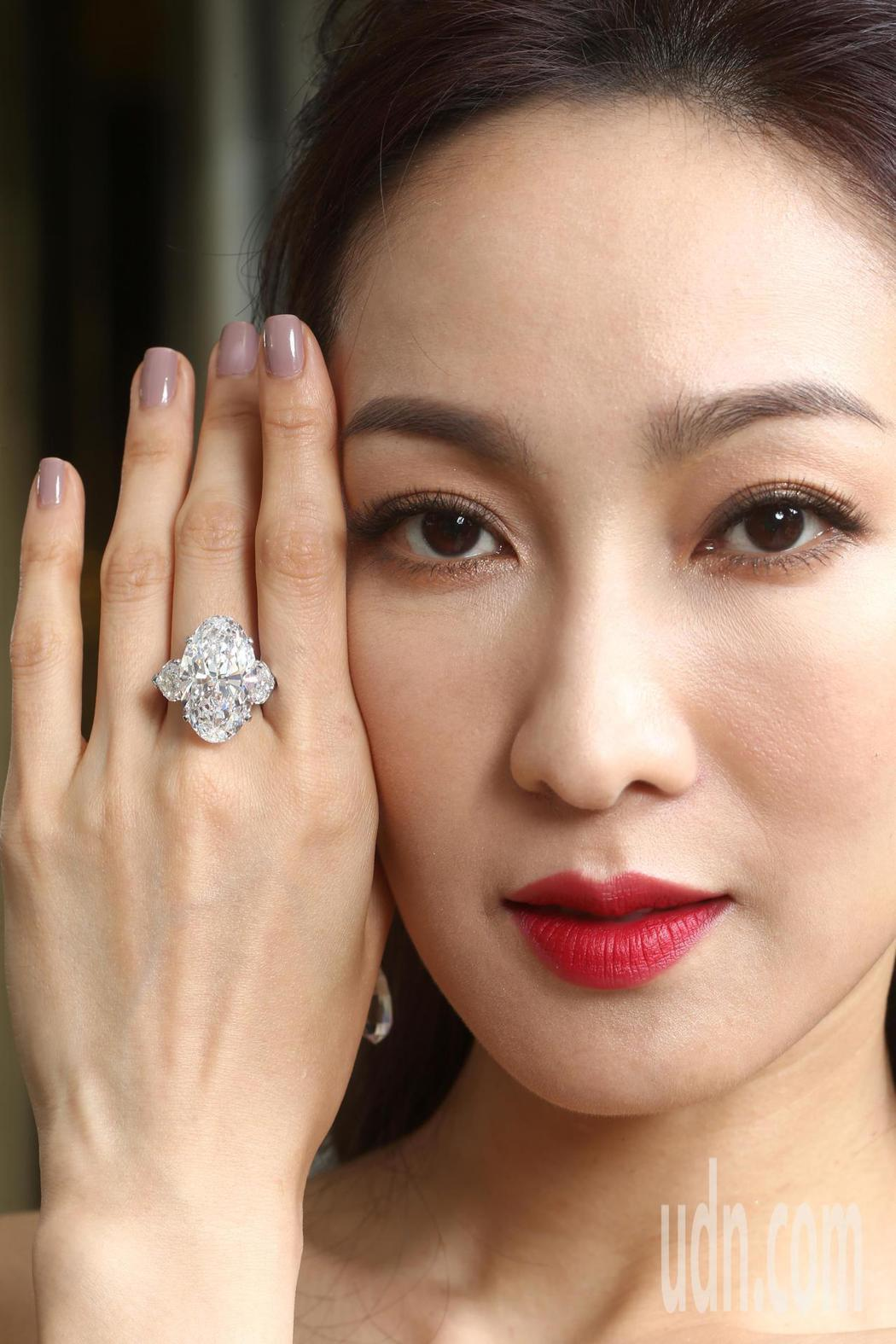 李曉涵演繹格拉夫22.52克拉D色無瑕橢圓形鑽石戒指。記者蘇健忠/攝影