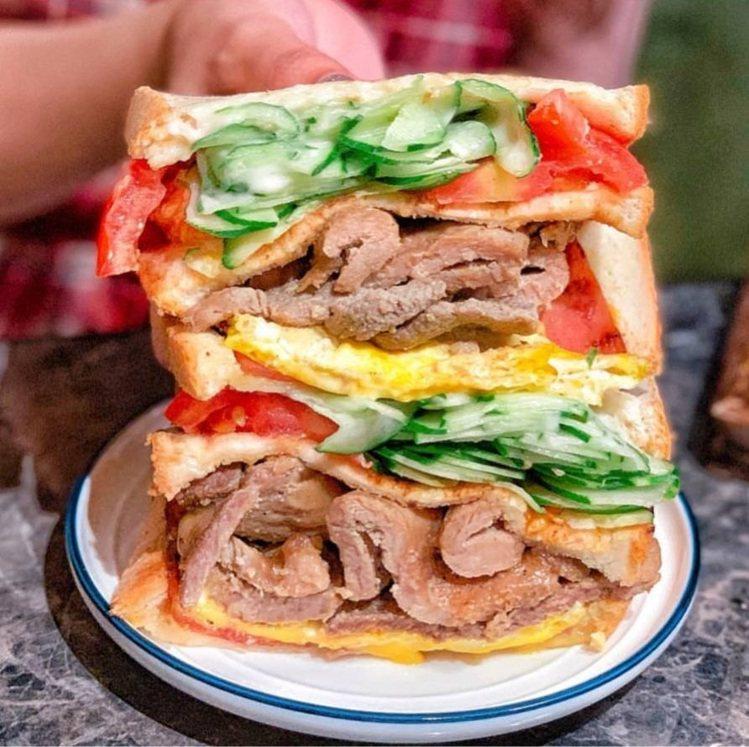 「阿姐ㄟ店碳烤三明治」肉多多且蔬菜給得大方。IG @_.shuangshuang...