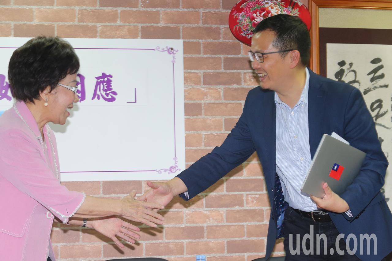 前副總統呂秀蓮(左)下午舉辦「藍綠對談 斷交海嘯,如何因應」座談會,邀請羅智強(...