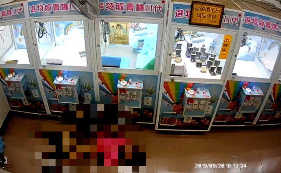 新北市2名國中生在路邊夾娃娃機店內進行性行為,遭到店內監視器全程錄下,隨後更被網友PO上網,引發警方與教育局關切。記者柯毓庭/翻攝自臉書