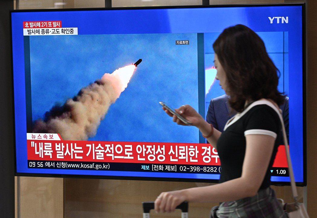 北韓10日向日本海發射兩枚飛彈。圖為南韓首爾車站電視10日播放北韓試射飛彈的資料...