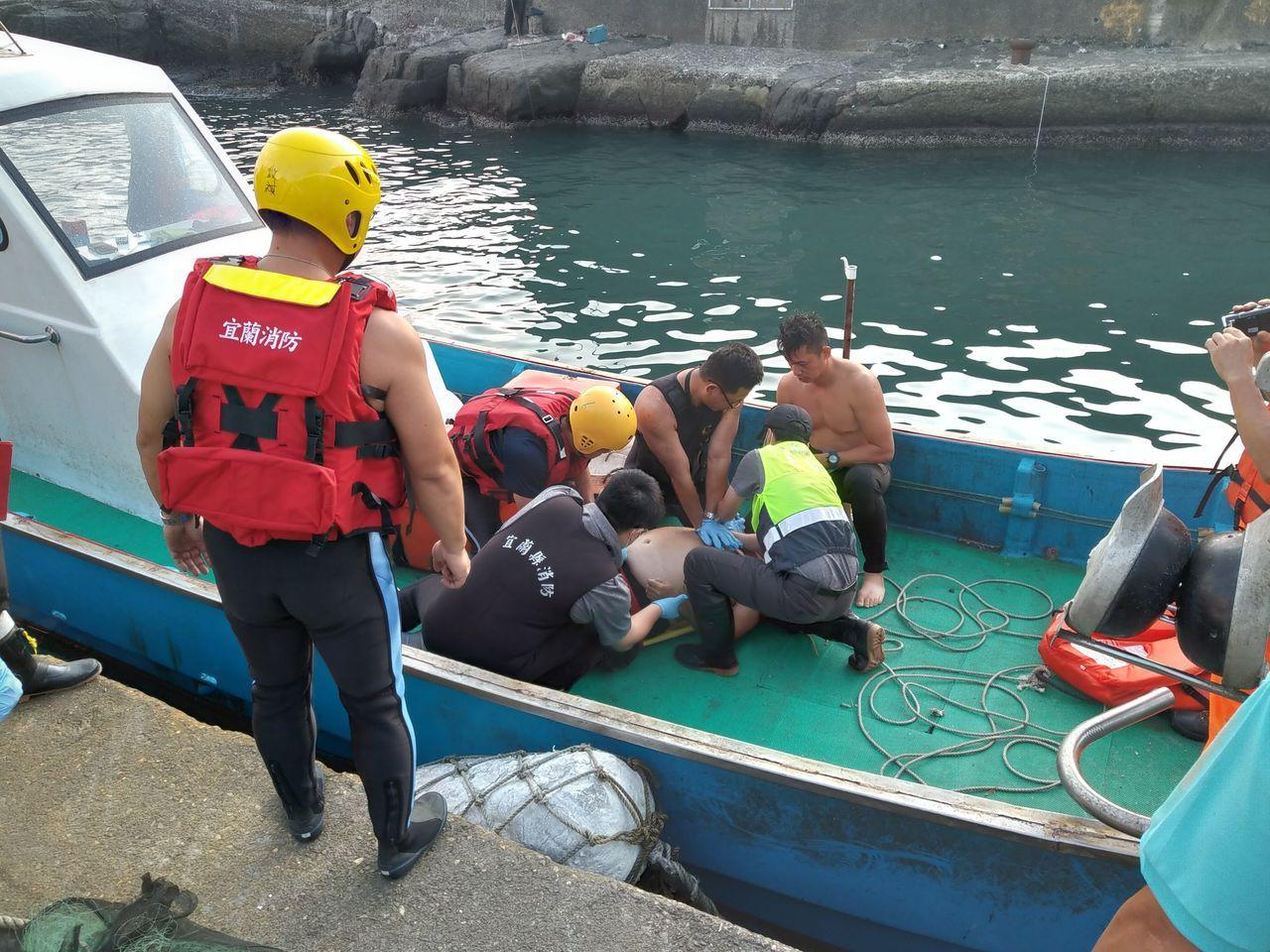 宜蘭蜜月灣釣客被打落海,救起時已無生命徵象,送醫搶救。圖/宜蘭縣消防局提供