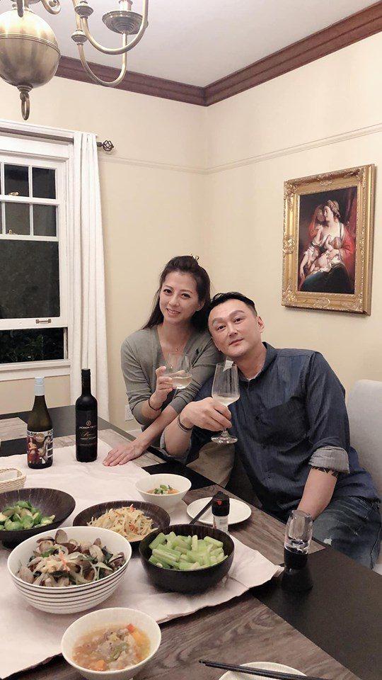 何篤霖(右)到加拿大找老搭檔郭靜純。圖/摘自臉書  ※ 提醒您:禁止酒駕 飲酒過