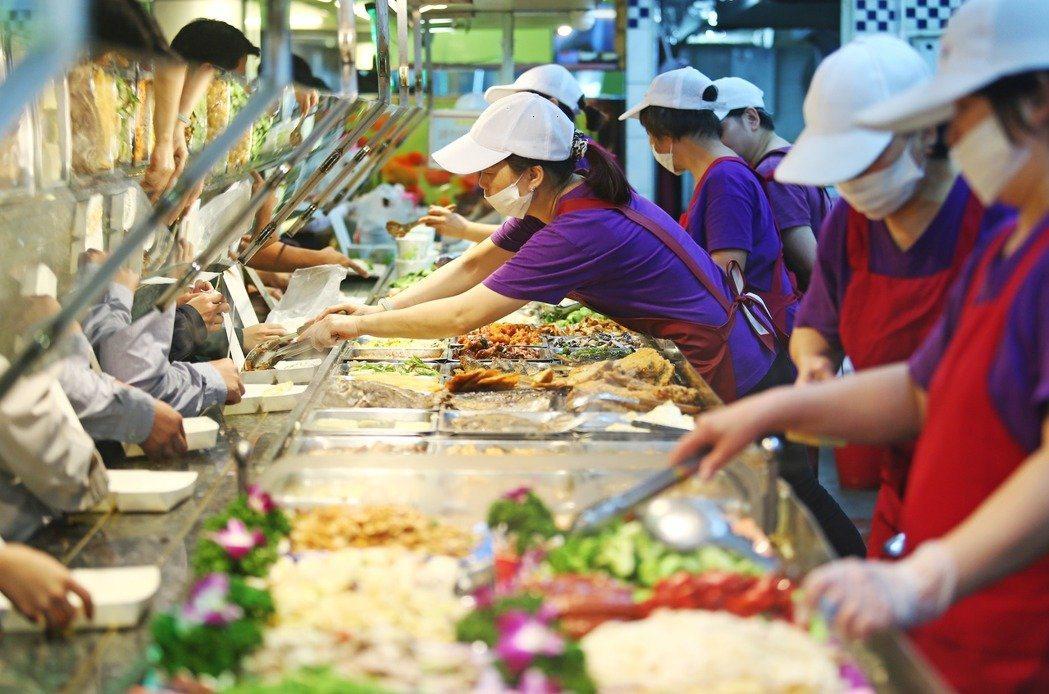 國人消費型態改變帶動「住宿及餐飲業」的徵才需求,勞動部統計,餐飲業新登記徵才人數...