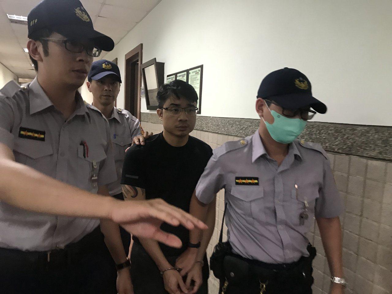 鄭又仁(右二)交保35萬。記者林伯驊/攝影