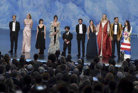 第71屆艾美獎於台灣時間23日上午在洛杉磯舉行,熱門影集「冰與火之歌:權力遊戲」第8季無畏先前的一面倒負評,在風光拿下32項提名之後,最終抱回最佳劇情類影集、最佳男配角彼得汀克萊傑等2座大獎,再加上...