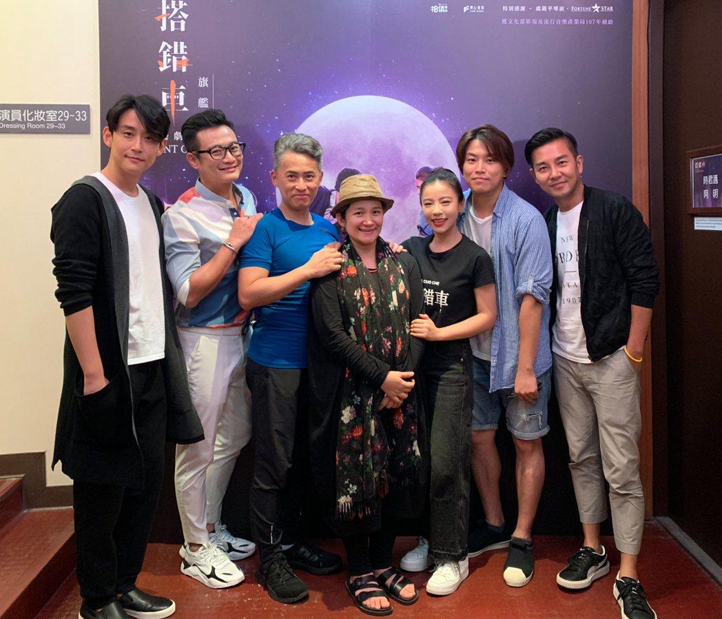 謝承均(右)、林佑星(左二)大讚「搭錯車」演員唱功了得。圖/相信提供