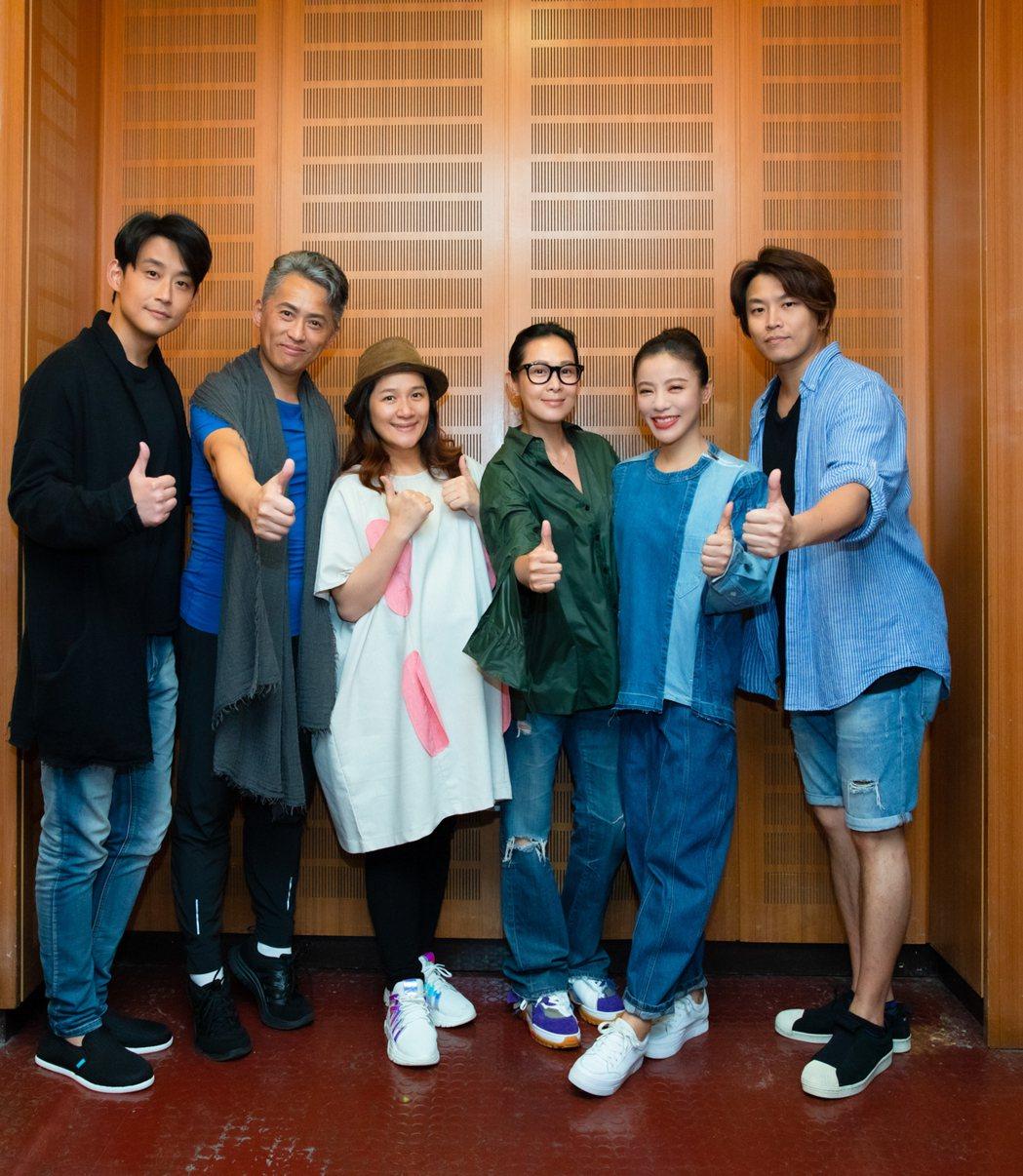 劉若英(右三)現身支持音樂劇「搭錯車」。圖/相信提供