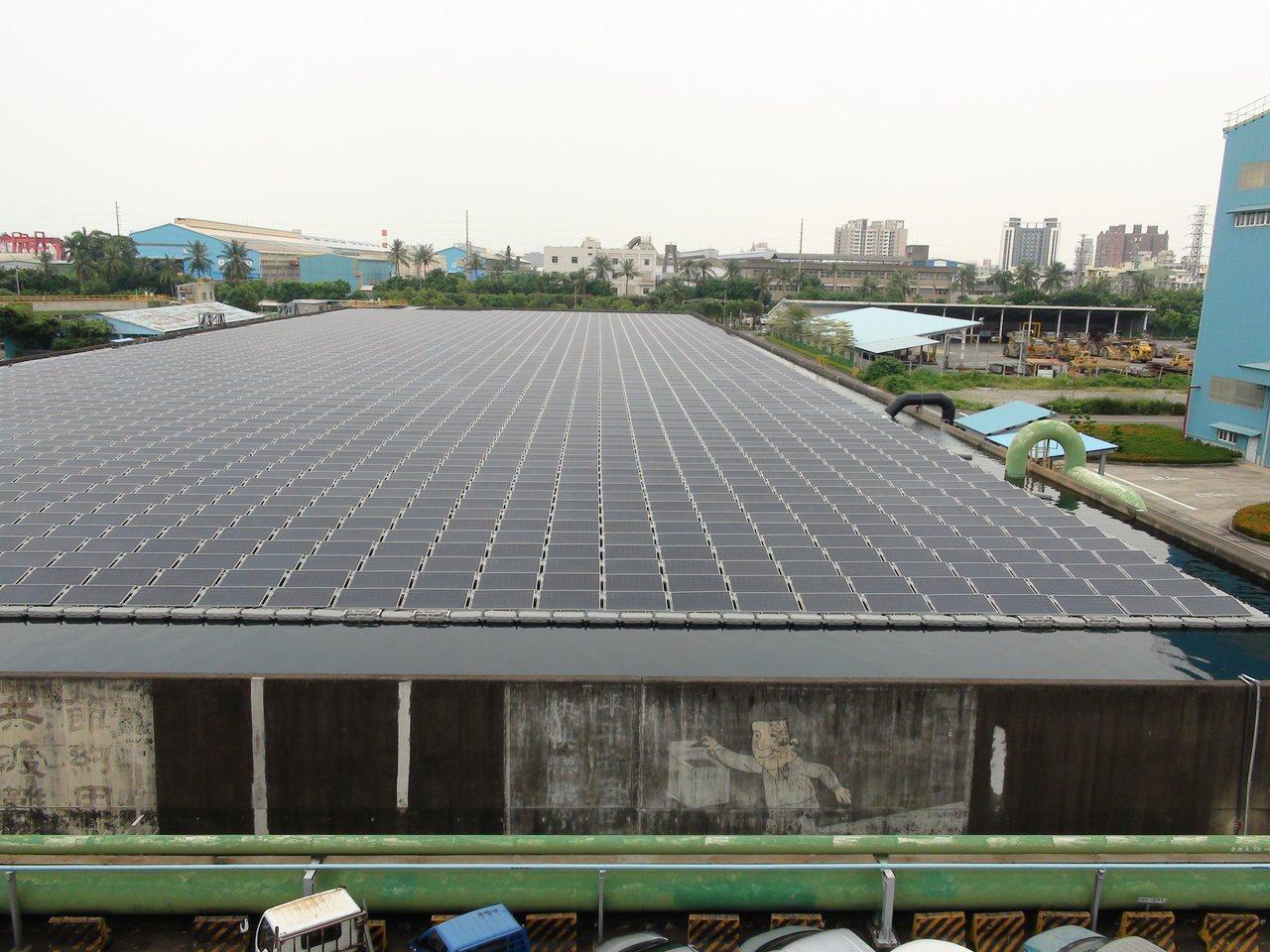 中鋼儲水池上設水面式太陽能系統,收集鳳山溪都汙再生水,水面上還可以「種電」。記者...