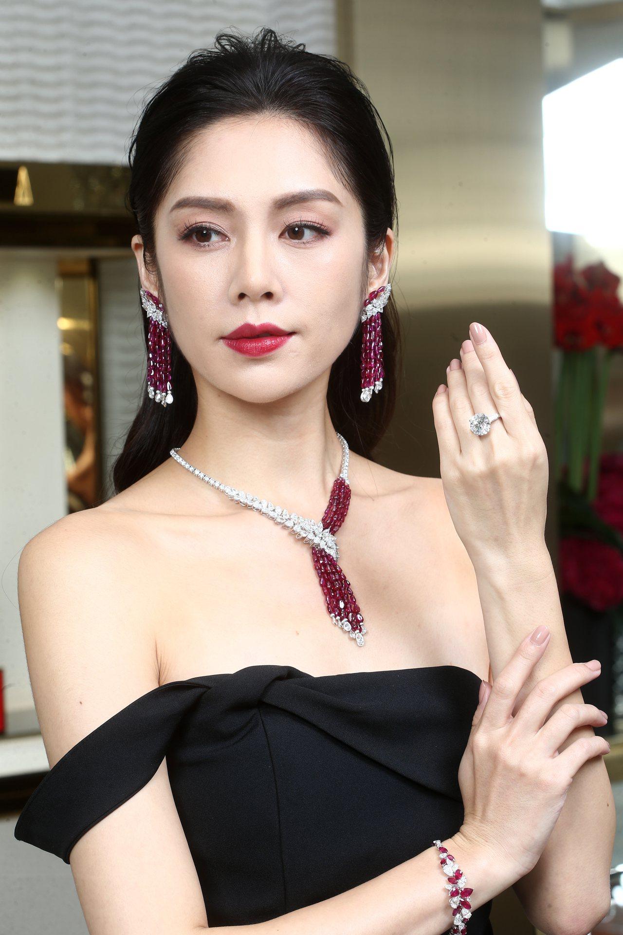 名模展示格拉夫串珠紅寶石和梨形鑽石流蘇項鍊,紅寶石共重103.11克拉,鑽石共重...
