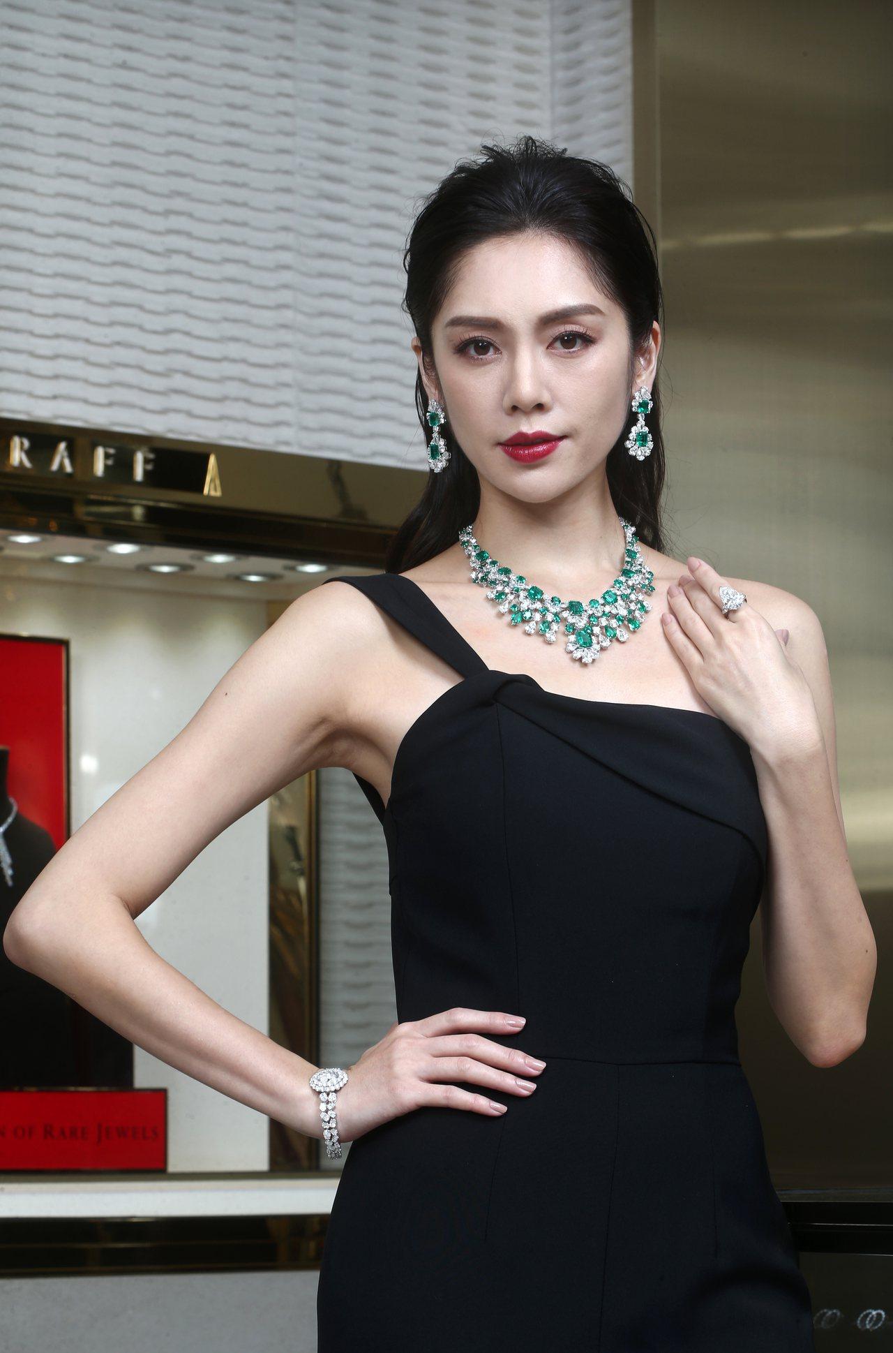 名模展示格拉夫多形切割祖母綠和鑽石項鍊,祖母綠共重82.36克拉、鑽石共重89....
