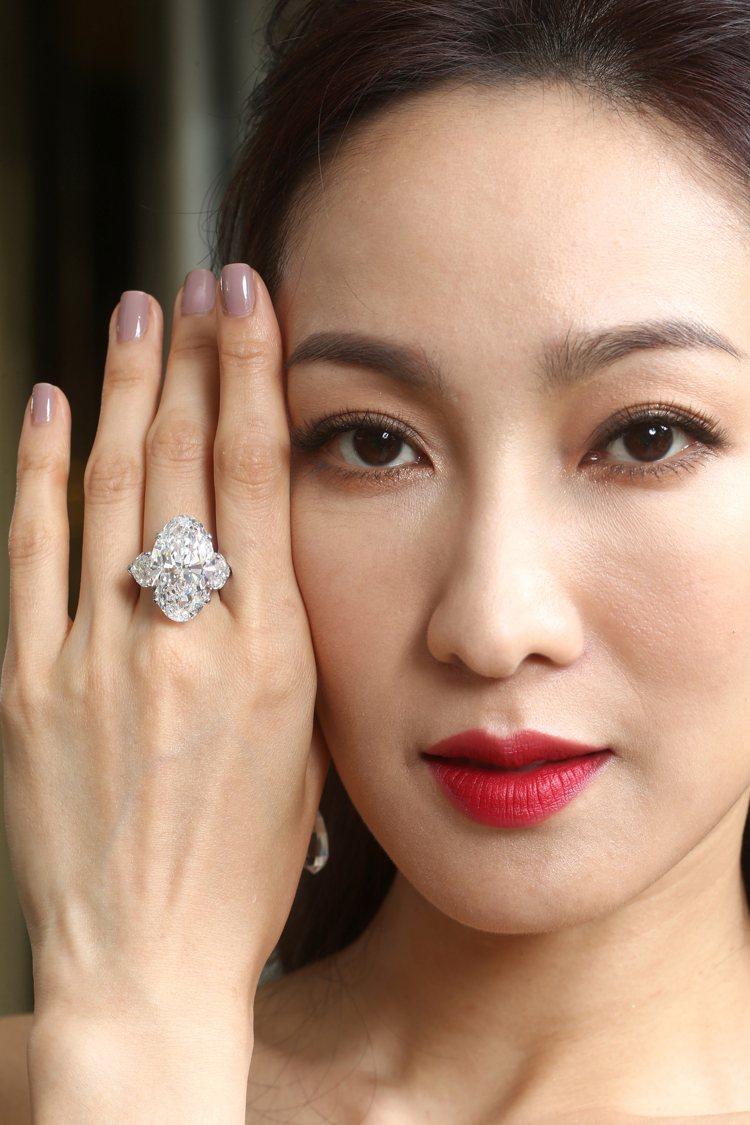 名模展示格拉夫22.52克拉D色無瑕橢圓形鑽石戒指。記者蘇健忠/攝影