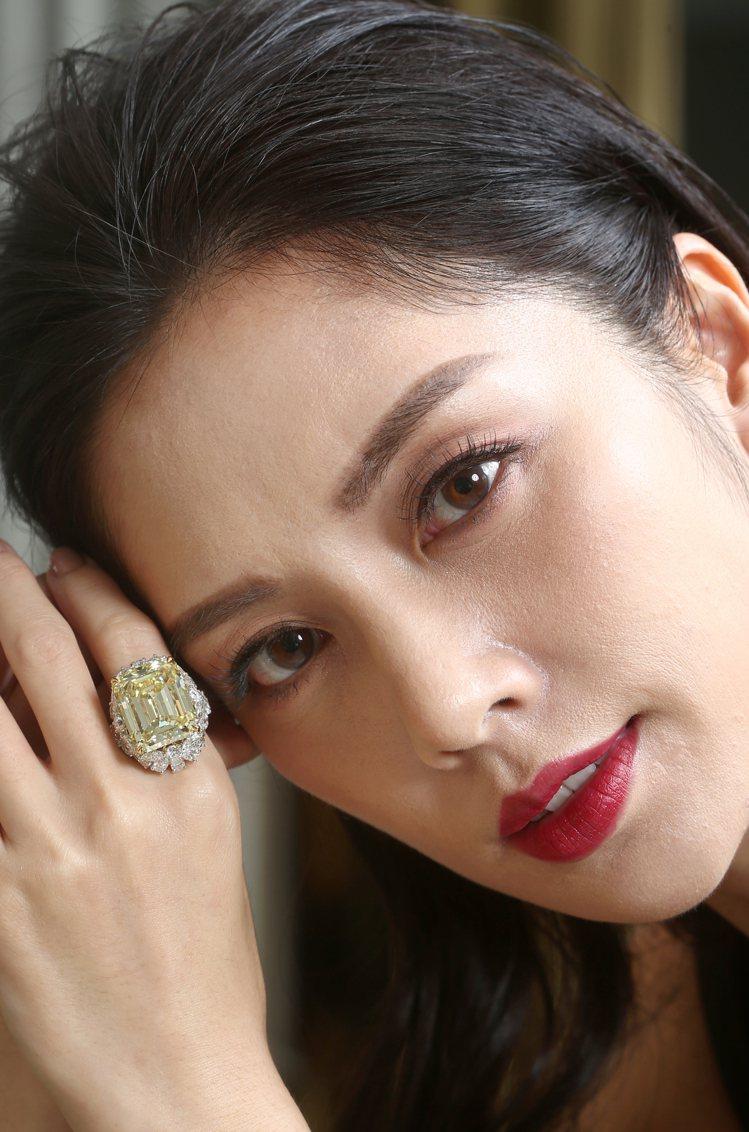 名模展示格拉夫38.13克拉祖母綠切形切割濃彩黃鑽和多形切割白鑽戒指,鑽石共重4...