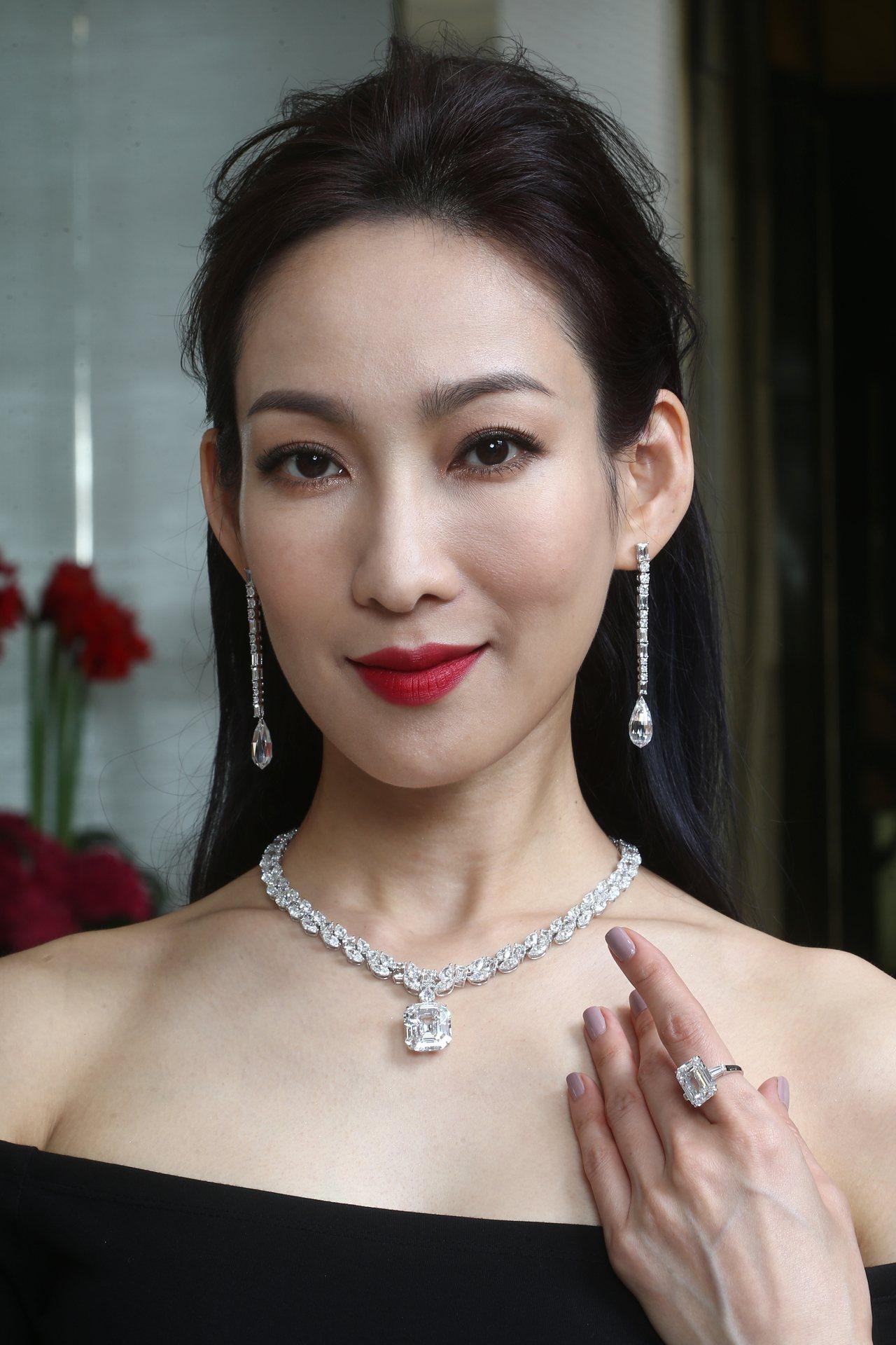 名模展示格拉夫多形切割鑽石項鍊,鑲嵌一顆25.03克拉D色無瑕祖母綠形切割鑽石吊...