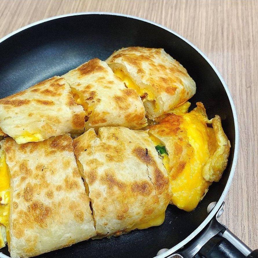 「弘記豆漿」雙色起司蛋餅。IG @iamirenesu 提供