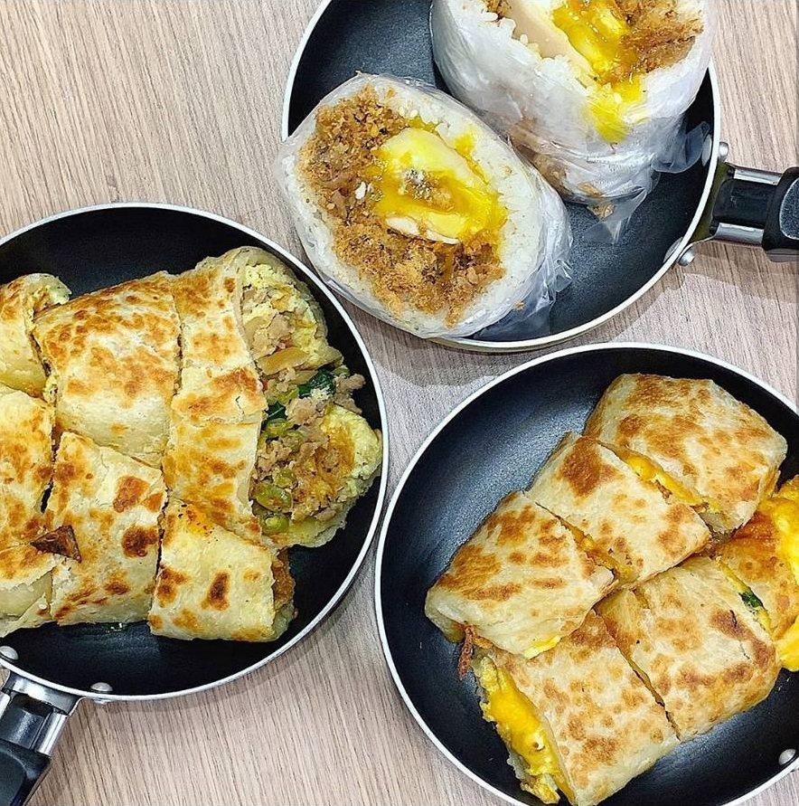 「弘記豆漿」炸彈飯糰、雙色蛋餅、打拋豬蛋餅。IG @iamirenesu 提供