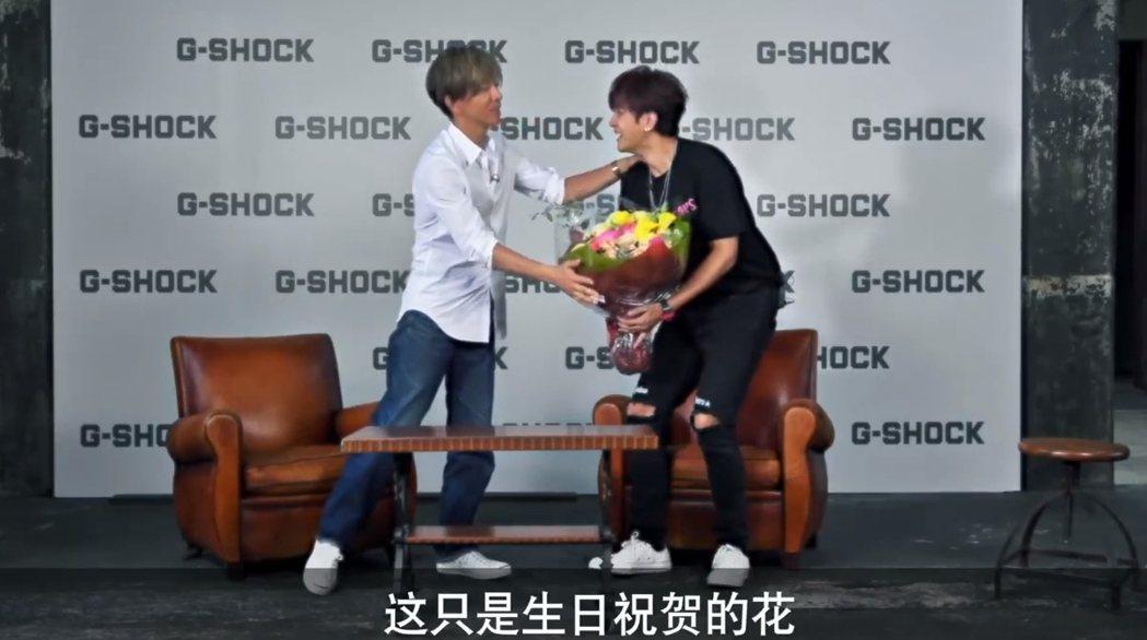 木村拓哉(左)跟小豬7月碰面,得知小豬即將生日,特地送上生日花束。圖/摘自微博