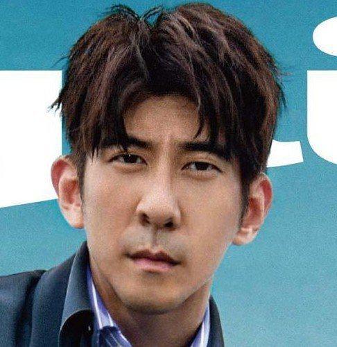 修杰楷拍攝雜誌封面驚見4個鼻孔。圖/擷自PTT