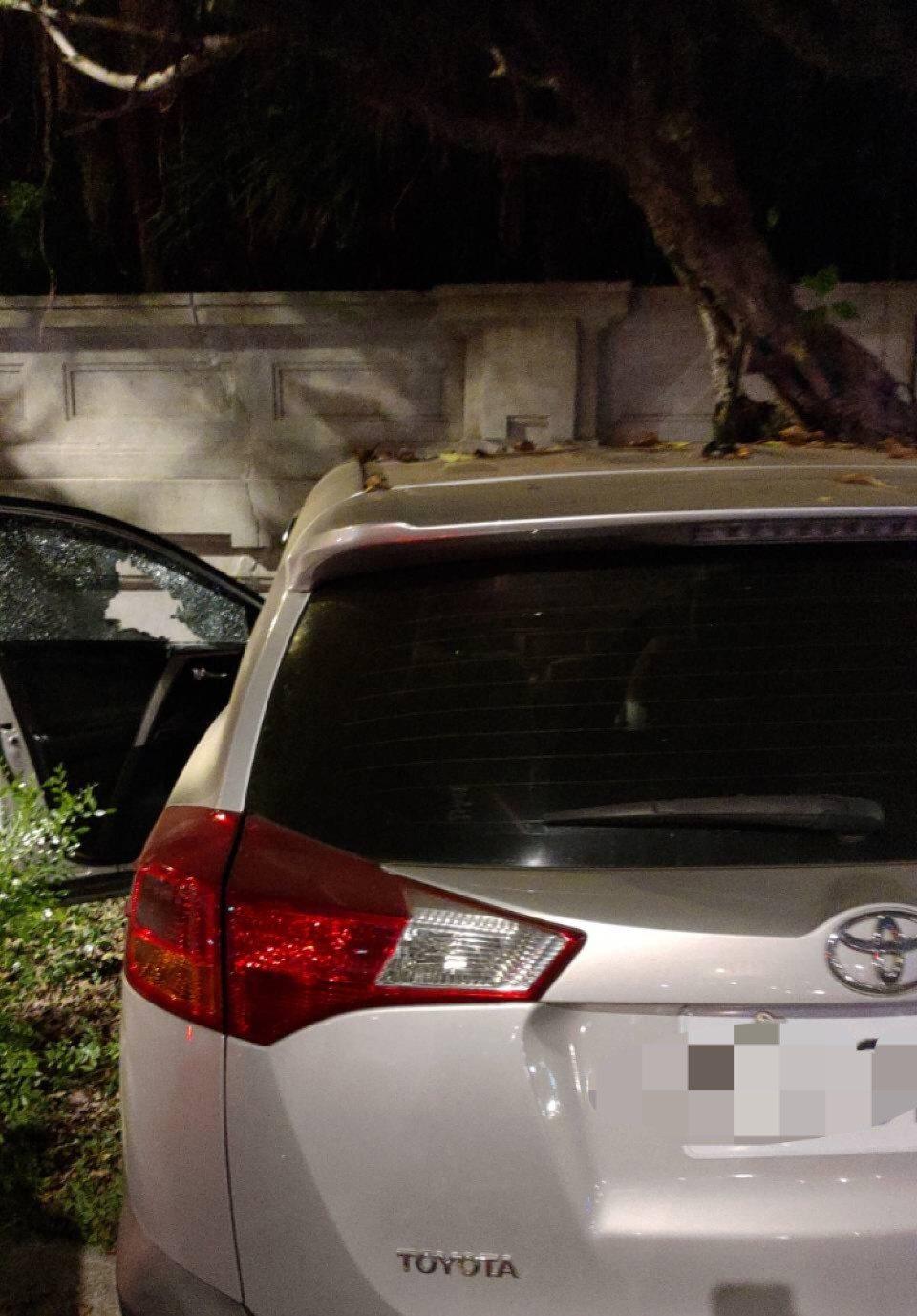 男駕駛疑似癲癇發作,開車衝撞台北賓館圍牆。圖/記者廖炳棋翻攝