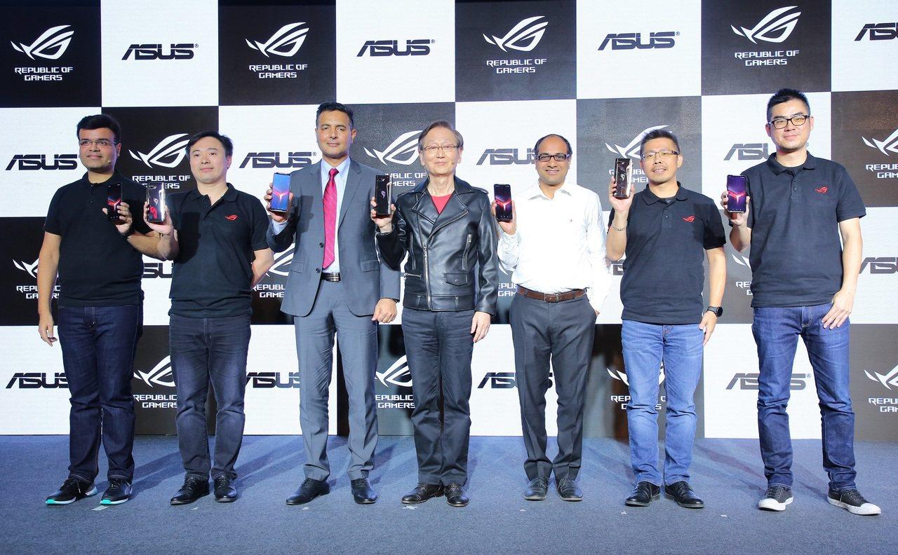 華碩23日由董事長施崇棠率領團隊於新德里盛大發表最新一代電競手機「ROG Pho...