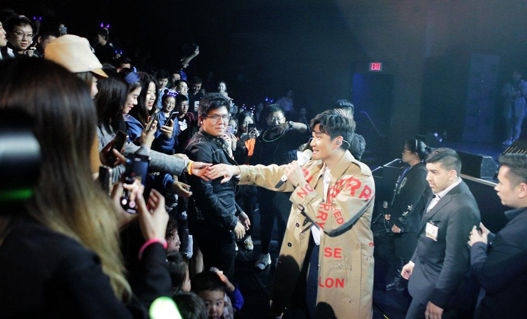 周興哲親民地下台跟粉絲握手互動。圖/星空飛騰提供