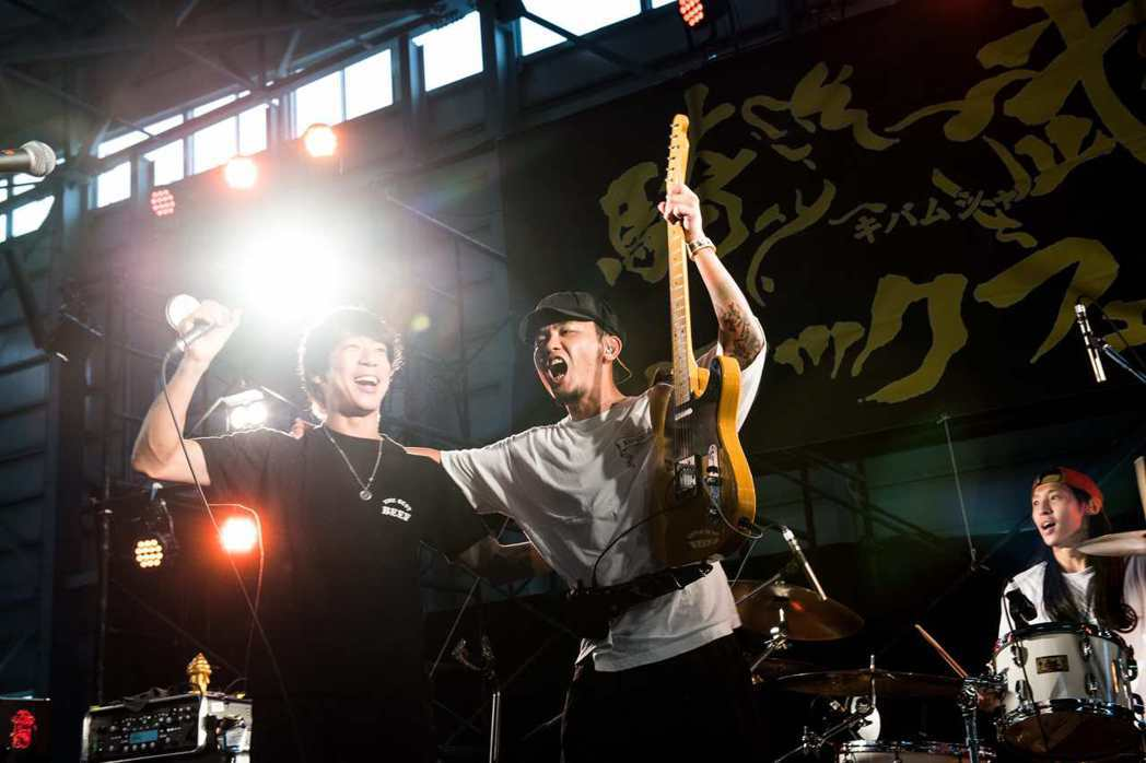 滅火器跟細美武士(左)合唱,讓台下粉絲相當驚喜。圖/火氣音樂提供