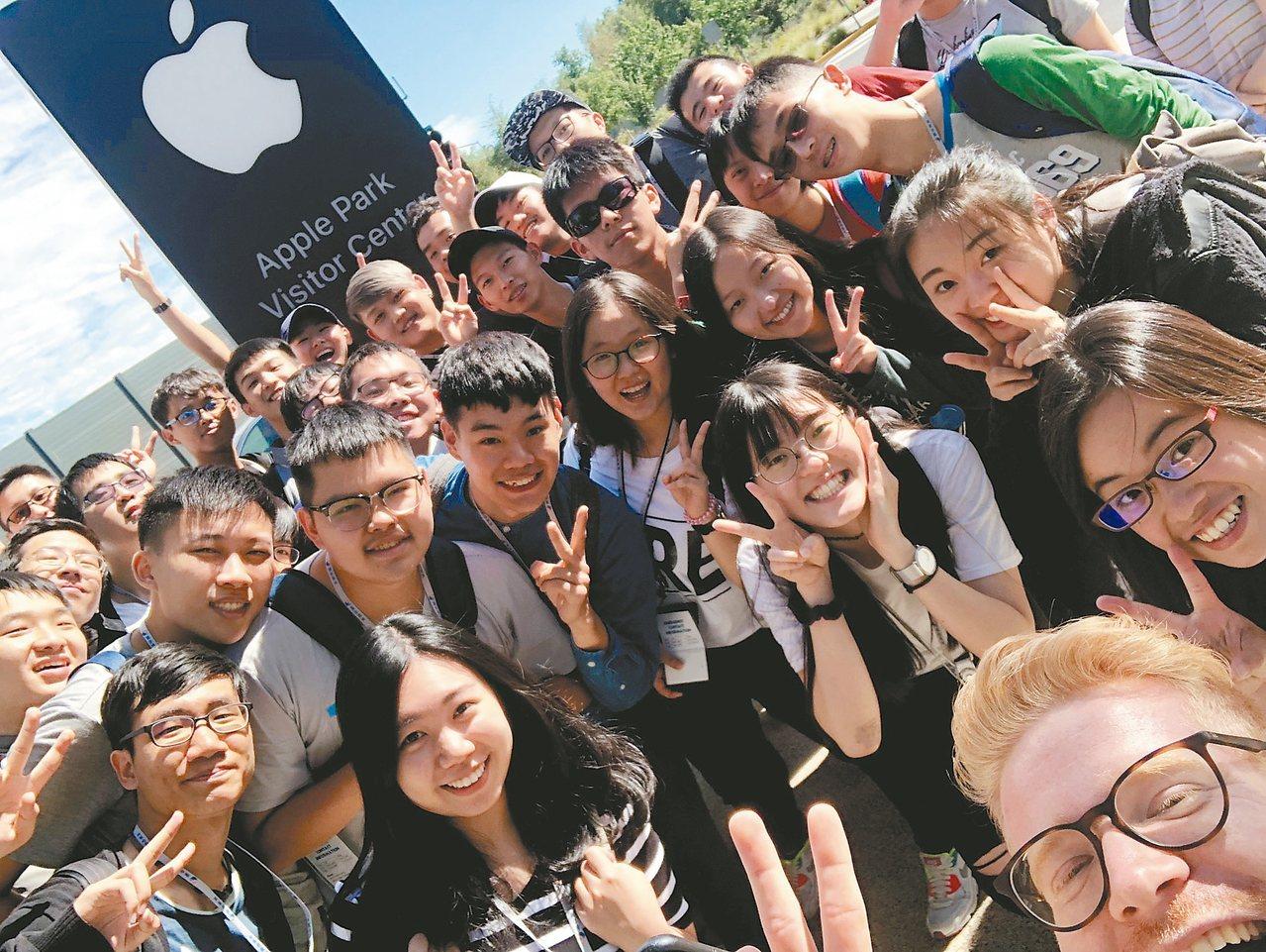 矽谷科技營學員參觀蘋果總部後留影。 圖╱聯合報行旅事業部提供